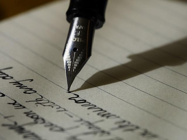 万年筆で筆記体を書いている様子