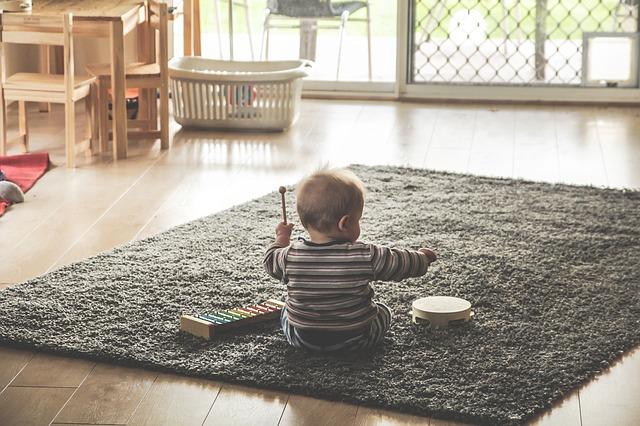 遊んでいる赤ちゃん