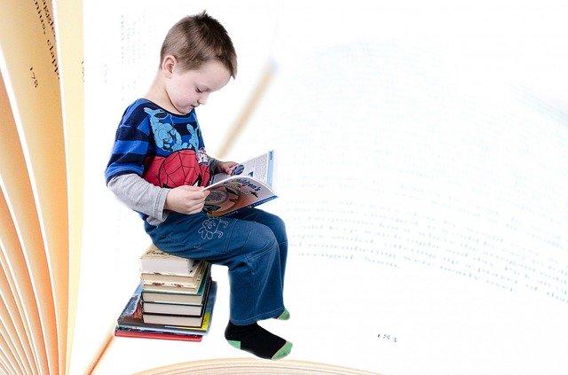 本を読む男の子